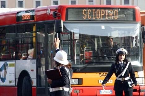 Sciopero trasporti pubblici a Roma: chiusa la Roma-Lido. Riduzione corse bus e tram, funzionano le metro