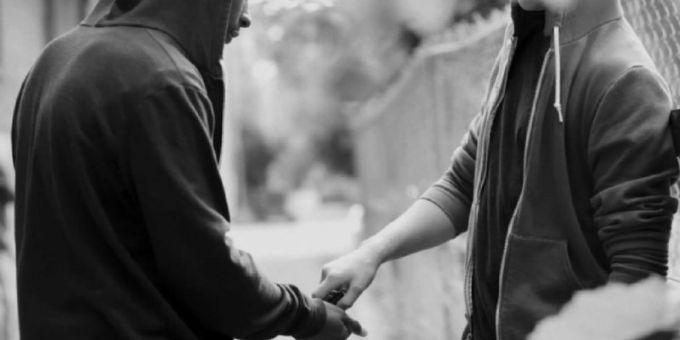 Pusher extracomunitari sorpresi a vendere pasticche e marijuana a minorenni nei Giardini Einaudi