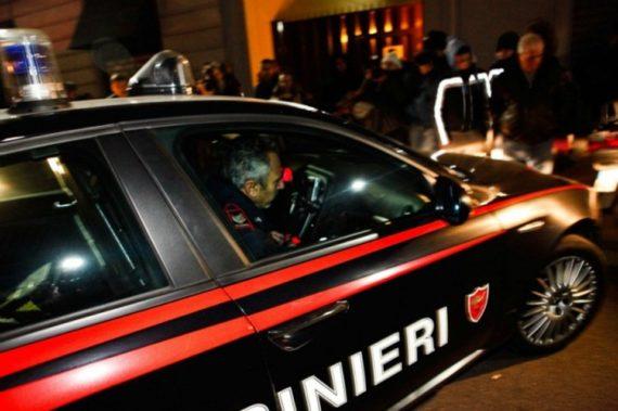 Vendeva droga sotto casa a giovanissimi, ma i carabinieri lo fermano. Nei guai un 25enne