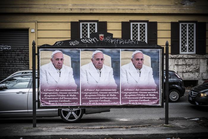 """Manifesti Papa, indagini su ambienti conservatori. """"Maldicenze sono germi"""", la condanna di Bergoglio"""