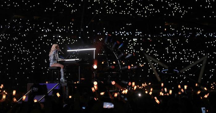 Esagerata Lady Gaga vola sul palco al Super Bowl. Centinaia di droni colorano il cielo di luci