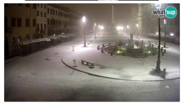 Nevica su Roma, fiocchi bianchi sulla capitale dalle 3. Centinaia di scatti della città imbiancata