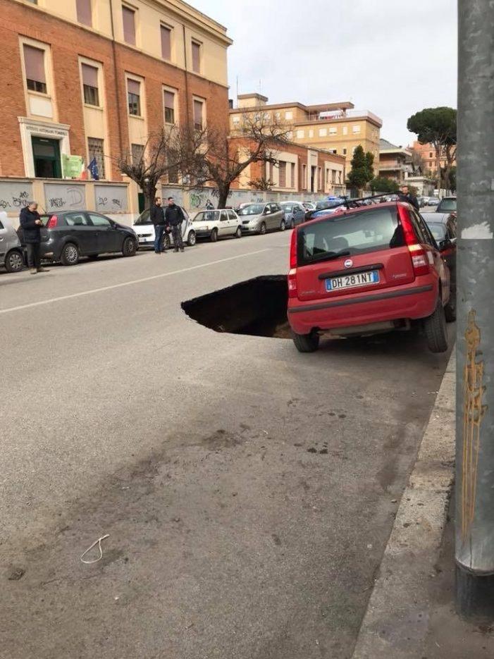 Si apre una nuova voragine a Roma: un maxi cratere sull'Appia rischia di inghiottire due auto [video]