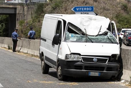 Si lancia dal cavalcavia e finisce su un furgone in marcia, inutili i soccorsi