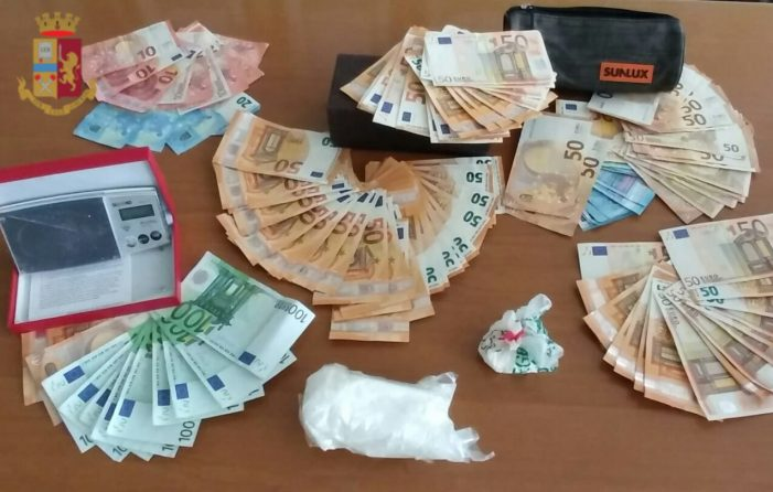 Nascondeva in casa 2 etti di cocaina e 6 mila euro, 42enne sospetto fermato davanti ad una banca