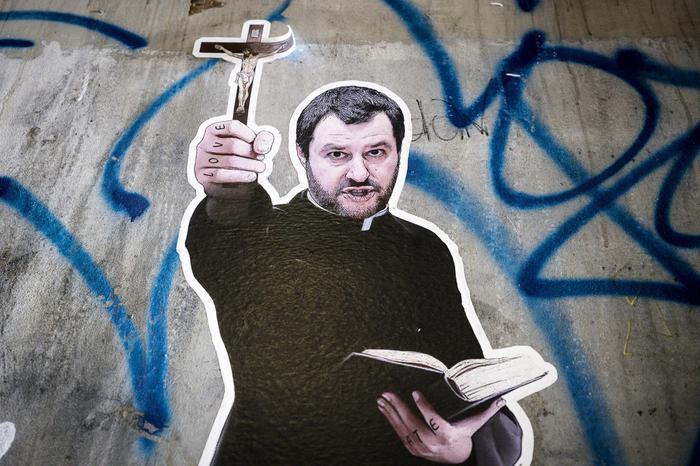"""Nuovo murales di Salvini in tonaca e con crocifisso in mano a Roma, la dedica: """"Vattene, Satana, vattene"""""""