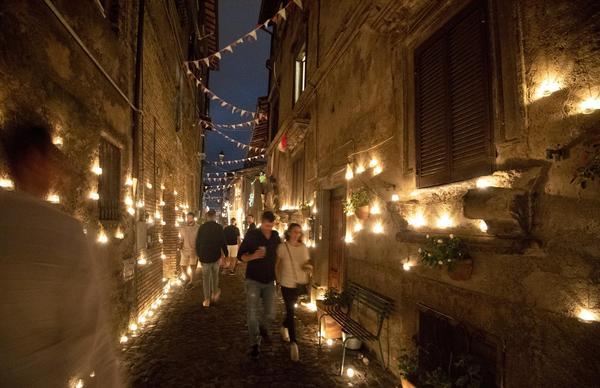 In 20mila a Vallerano per la notte delle candele, XII edizione con 10mila lumi naturali messi dagli abitanti