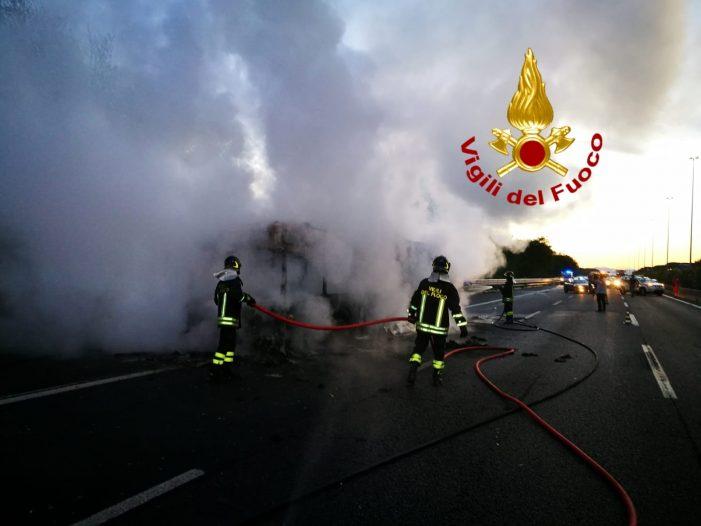 Ennesimo bus in fiamme per le strade della Capitale: nessun ferito, sul posto vigili del fuoco