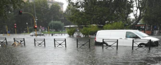Nubifragio a Roma, strade allagate e alberi caduti. Chiusa la stazione Flaminio della metro