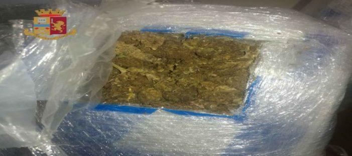 Corrieri della droga fermati con 6 kg di marijuana, pacchi contenenti liquido per confondere cani antidroga