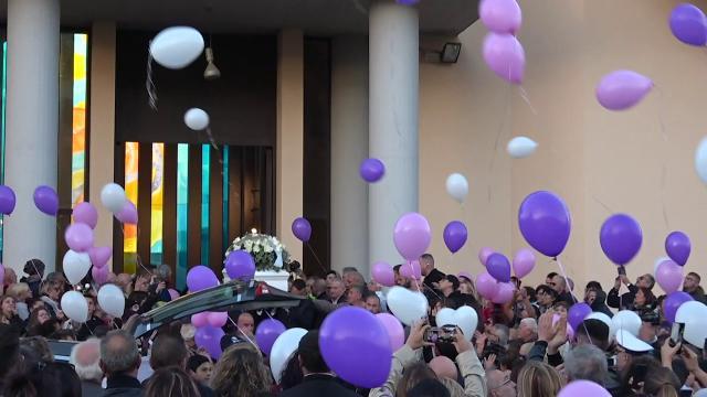 In migliaia per l'ultimo saluto a Desirée sulle note dei Maneskin, molti i giovani che chiedono giustizia