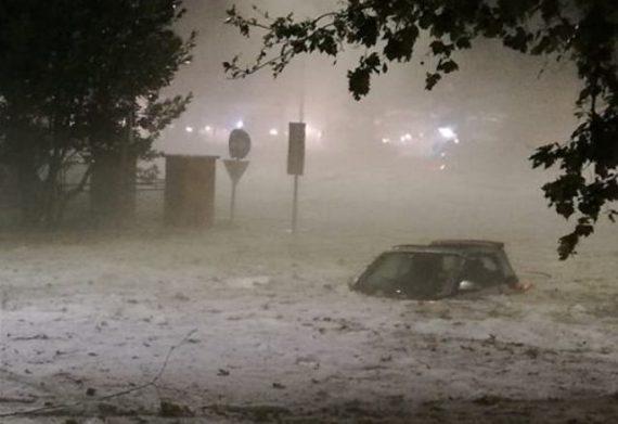 Super bomba d'acqua su Roma, chiuse stazioni metro e quartieri allagati con auto galleggianti