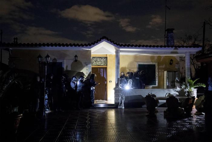 Demolite 8 ville dei Casamonica, operazione contro l'abusivismo. Salvini sul posto, Raggi: giornata storica