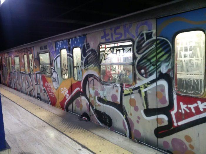 Imbrattano il vagone della metro, denunciati tre giovanissimi writer di 15, 17 e 18 anni