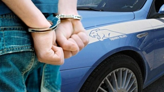 Minacciano con pistole gli addetti alle casse per farsi consegnare il denaro, arrestati rapinatori seriali