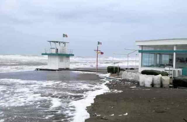 Domenica di maltempo nel Lazio, paura ad Ostia per le forti mareggiate in atto. Previste alluvioni